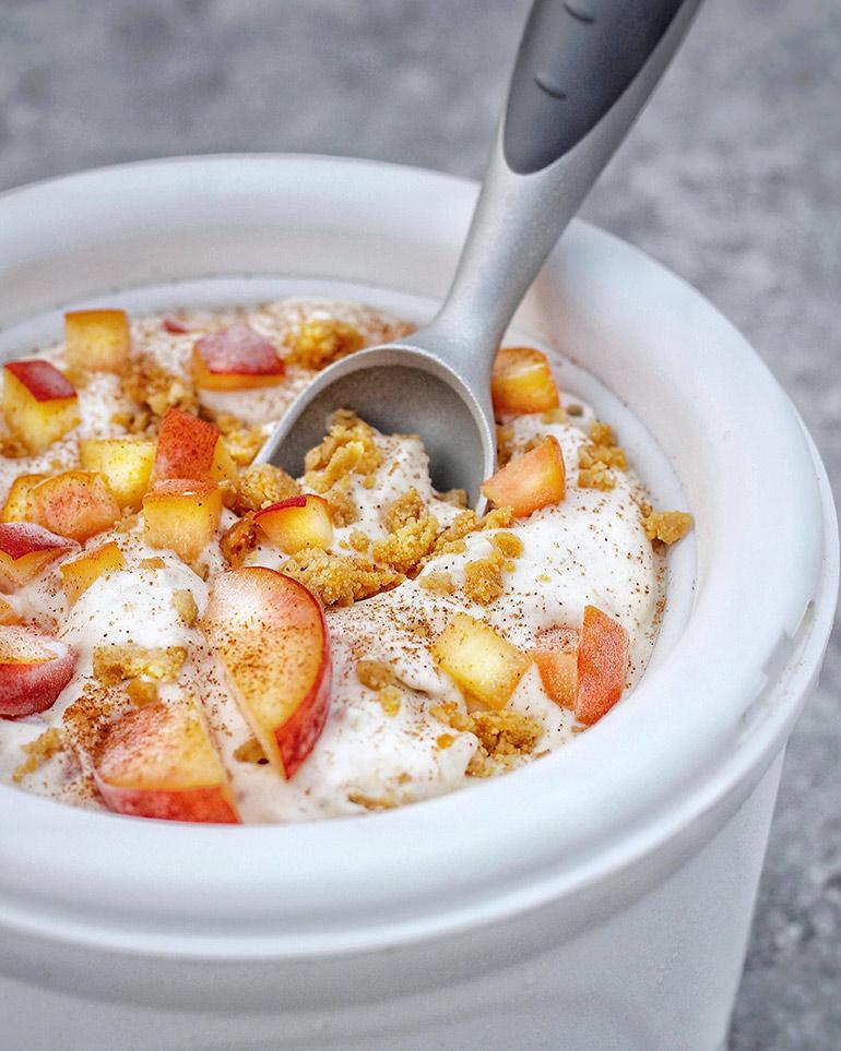 peach cobbler ice cream in bowl